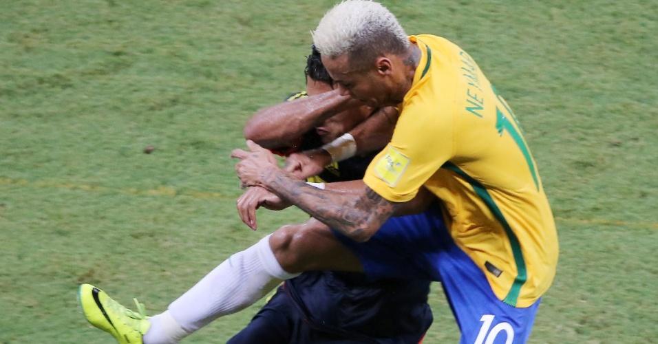 Neymar dá entrada dura em Murillo e leva amarelo