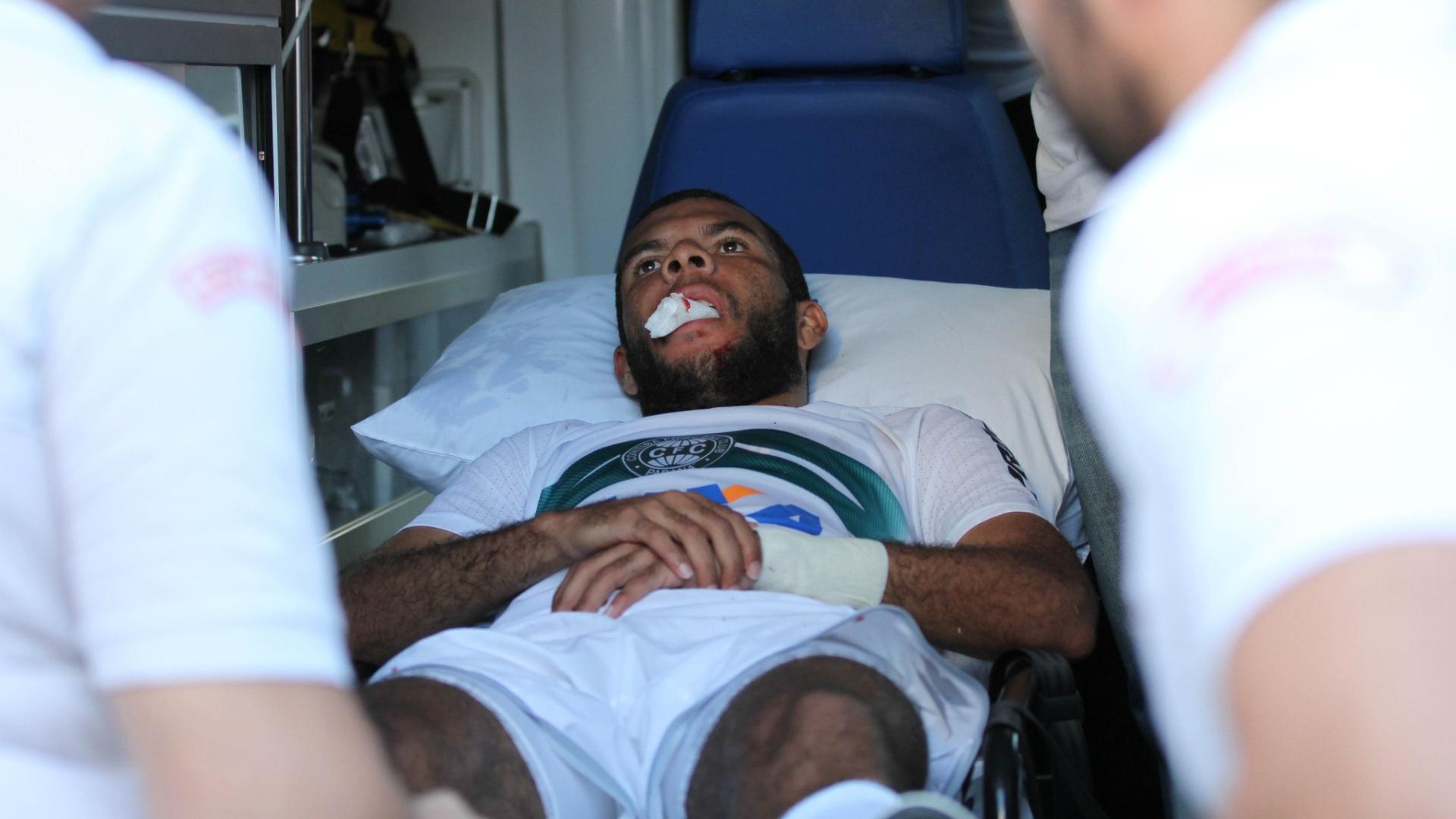 Amaral, do Coritiba, teve que sair de ambulância após choque na partida contra o Sport