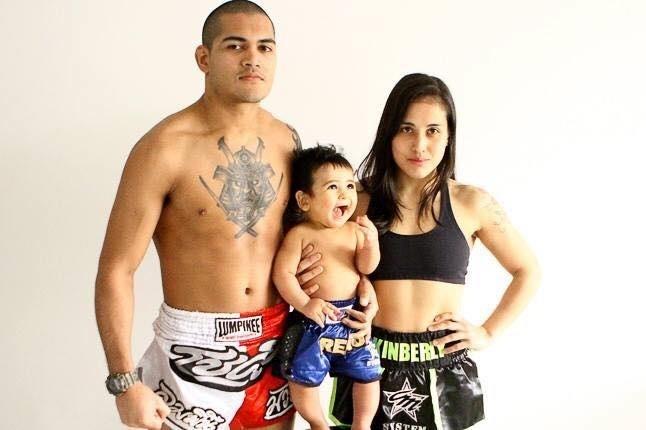 Jacson Carvalho, Kinberly Novaes e seu filha, Breno. Ela lutou enquanto estava grávida, sem saber