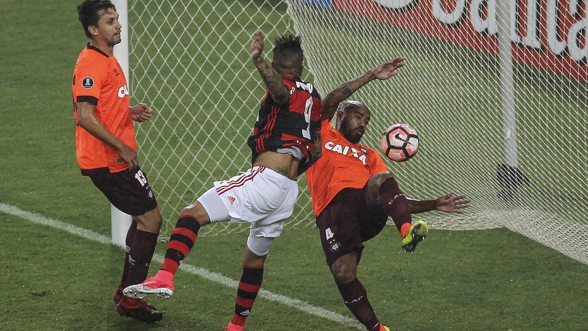Guerrero abre o placar para o Flamengo contra o Atlético-PR