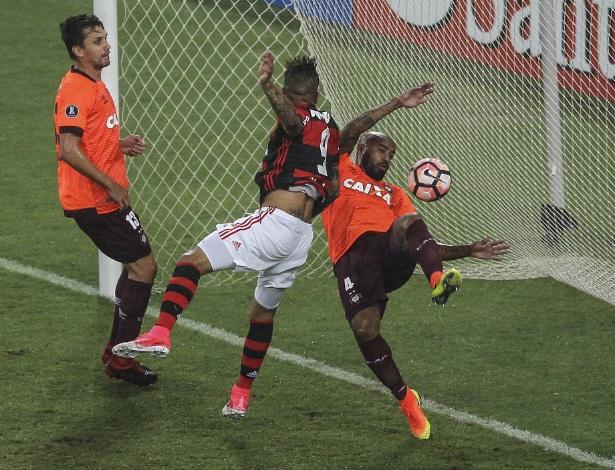 Thiago Heleno falou sobre o lance que abriu a derrota atleticana no Maracanã