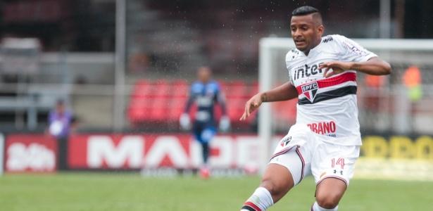 Reinaldo em ação pelo São Paulo durante jogo contra o Botafogo-SP