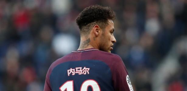 Neymar em ação pelo PSG durante jogo contra o Strasbourg