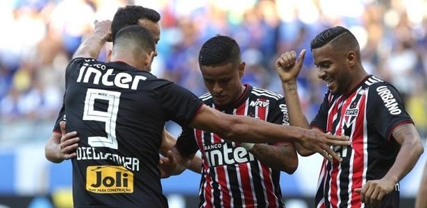 Reinaldo, à direita, em comemoração de gol do São Paulo