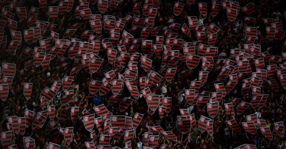 Torcida do Flamengo exibe escudo do clube durante partida contra o Corinthians