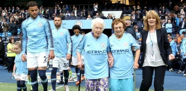Vera, 102 anos, e Olga, 98, entram em campo com os jogadores do Manchester City - Divulgação/Manchester City