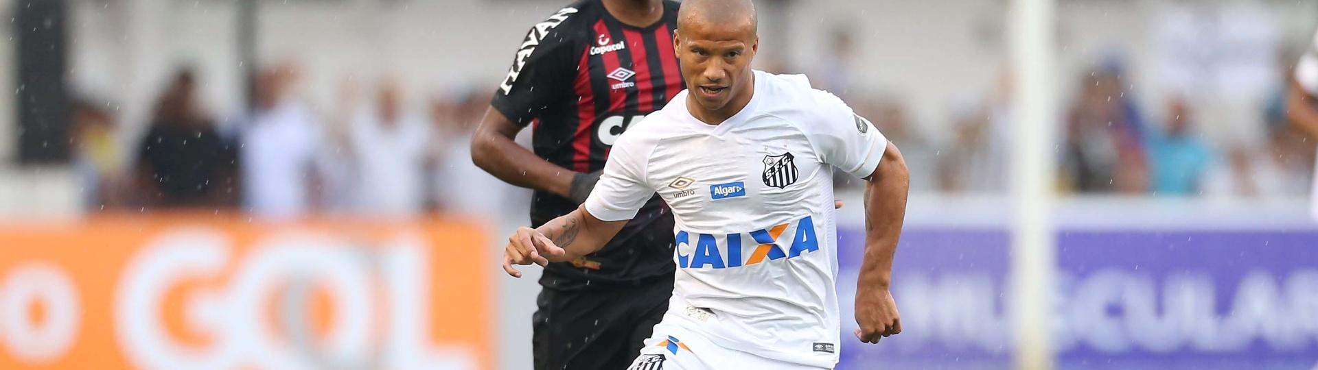 O meia Carlos Sanchéz em lance do jogo entre Santos e Atlético-PR