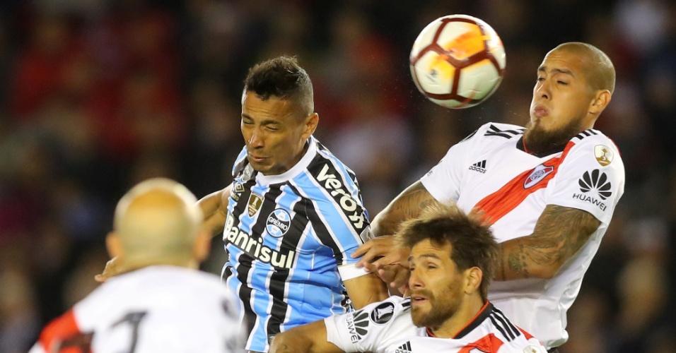 Cícero divide bola pelo alto durante jogo entre Grêmio e River Plate