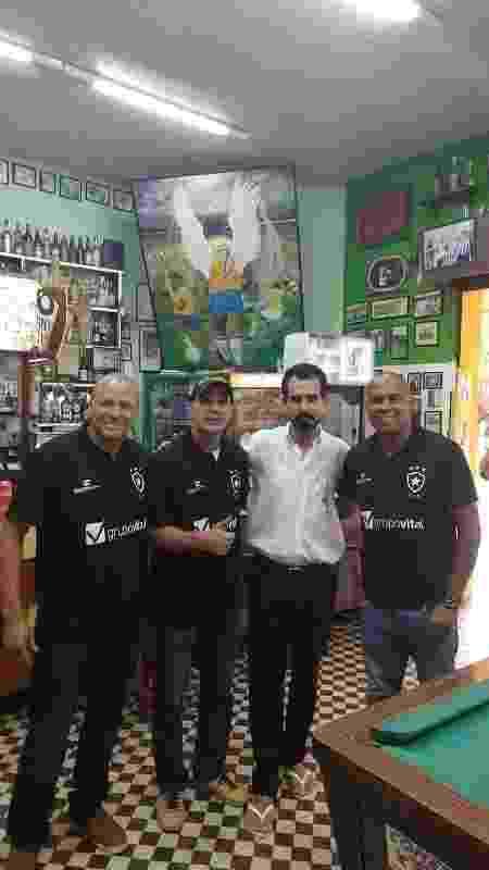 Válber, Túlio, Arlindo Ventura e Donizete, n'O Torto Bar, que homenageia Garrincha (quadro ao fundo) em Curitiba - Ace Comunicação
