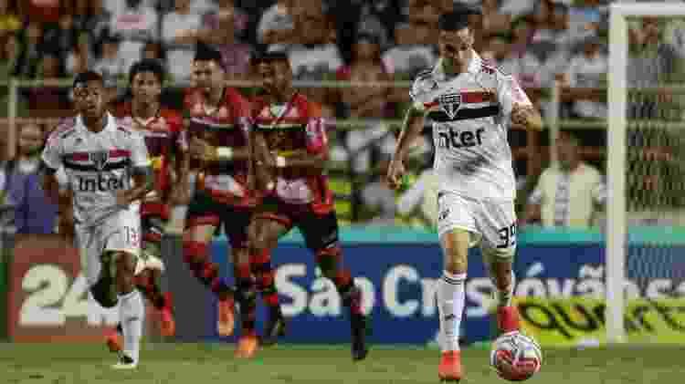 Antony, jogador do São Paulo, carrega a bola em jogo contra o Ituano - Marcello Zambrana/AGIF - Marcello Zambrana/AGIF