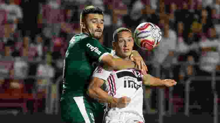 Victor Luis disputa lance com Antony em clássico entre São Paulo e Palmeiras - Marcello Zambrana/AGIF - Marcello Zambrana/AGIF