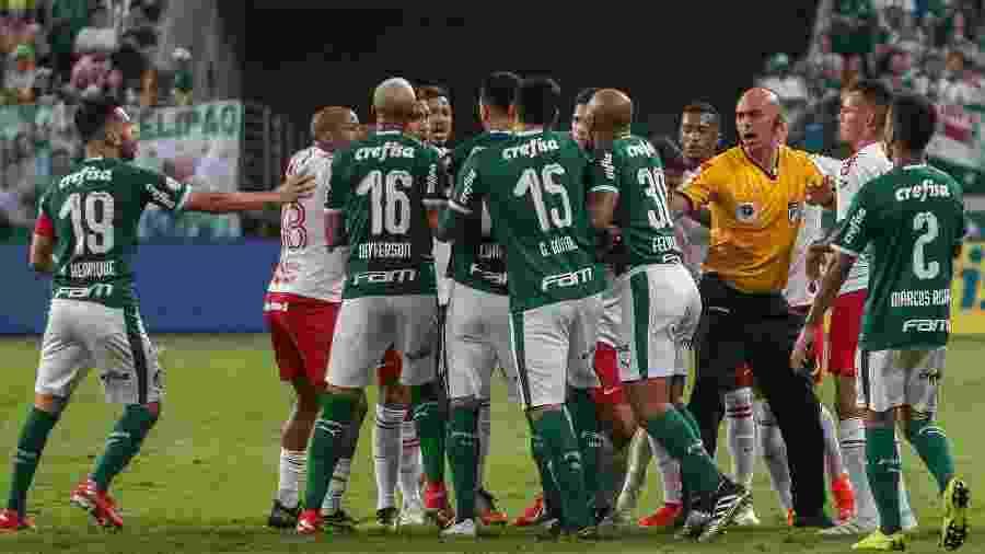 Jogadores se envolvem em confusão durante Palmeiras x Internacional pelo Brasileirão - Ale Cabral/AGIF