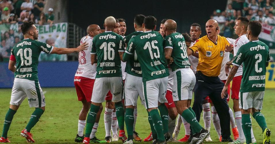 Jogadores se envolvem em confusão durante Palmeiras x Internacional