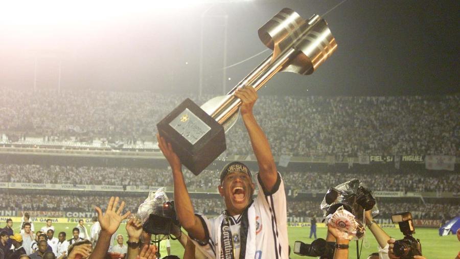 Marcelinho ergue a taça do Brasileirão 1999, vencido pelo Corinthians, no Morumbi - Evelson de Freitas / Folhapress