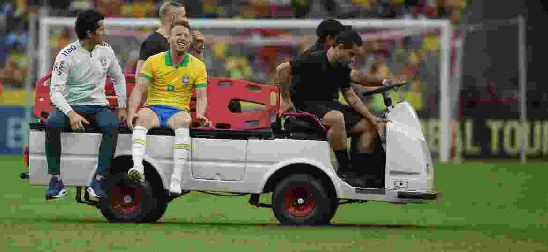 Arthur deixa o amistoso contra Honduras na maca e acompanhado pelo médico Rodrigo Lasmar - Guilherme Hahn/AGIF