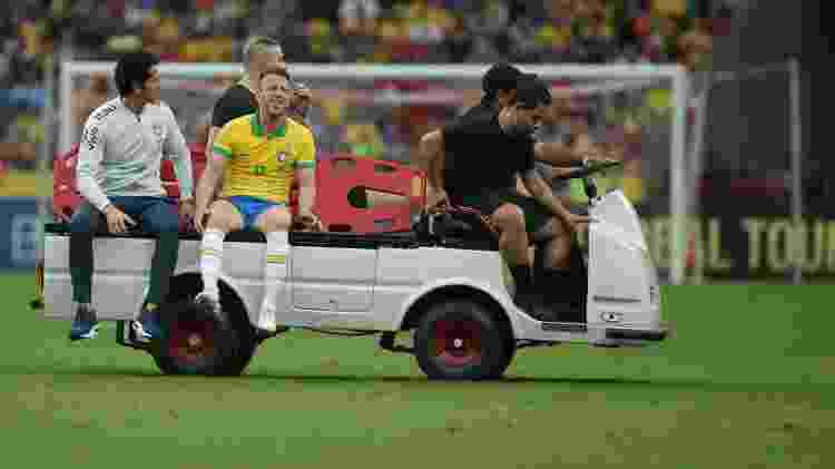 Arthur precisou deixar o amistoso contra Honduras de maca devido à pancada no joelho direito - Guilherme Hahn/AGIF