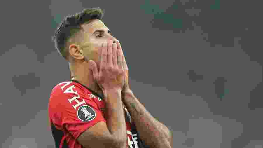 Bruno Guimarães sofreu uma lesão ligamentar após levar um chute de Sassá - REUTERS/Rodolfo Buhrer