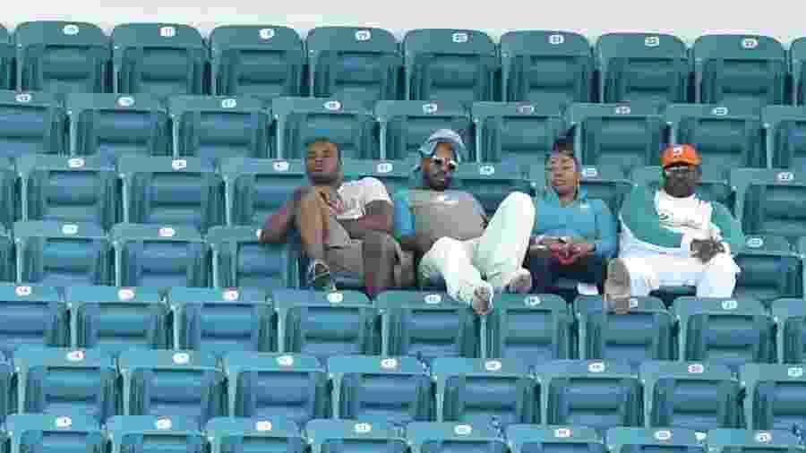 Torcedores do Miami Dolphins assistem a jogo contra o Los Angeles Chargers; estádio da franquia da Flórida não tem enchido - Eric Espada/Getty Images/AFP