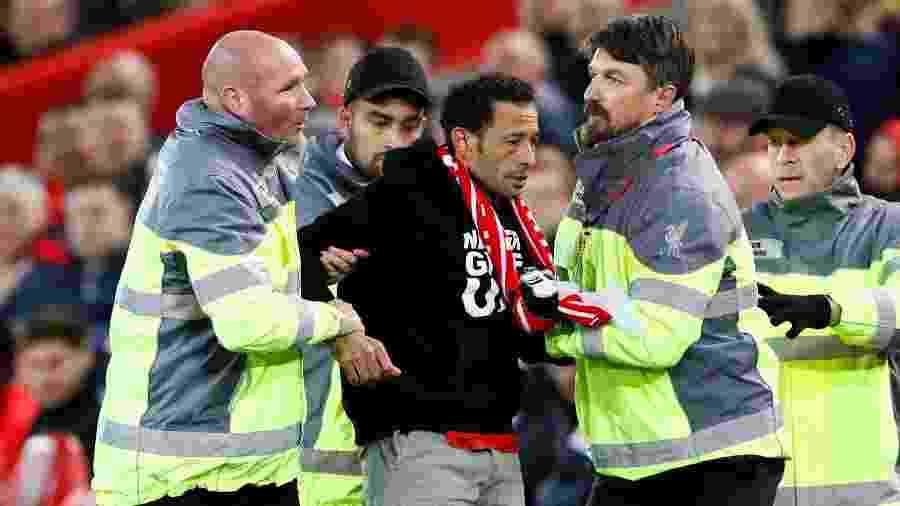 Torcedor é retirado após invadir campo em jogo Liverpool x Salzburg, pela Liga dos Campeões - Jason Cairnduff/Reuters