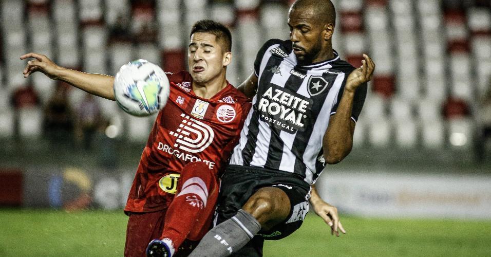 Ruan Renato disputa bola durante Náutico x Botafogo pela Copa do Brasil