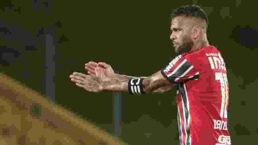 Daniel Alves em ação pelo São Paulo durante jogo contra o Santo André - Marcello Zambrana/AGIF