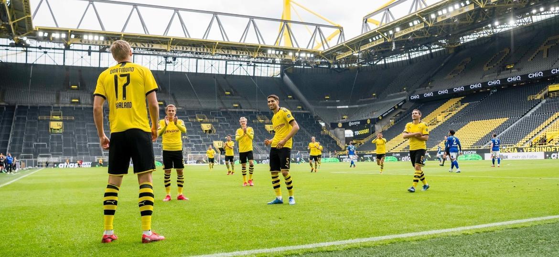 Haaland comemora gol sobre o Schalke 04 respeitando o protocolo de distanciamento na volta do Campeonato Alemão - Reprodução/Twitter/Borussia Dortmund