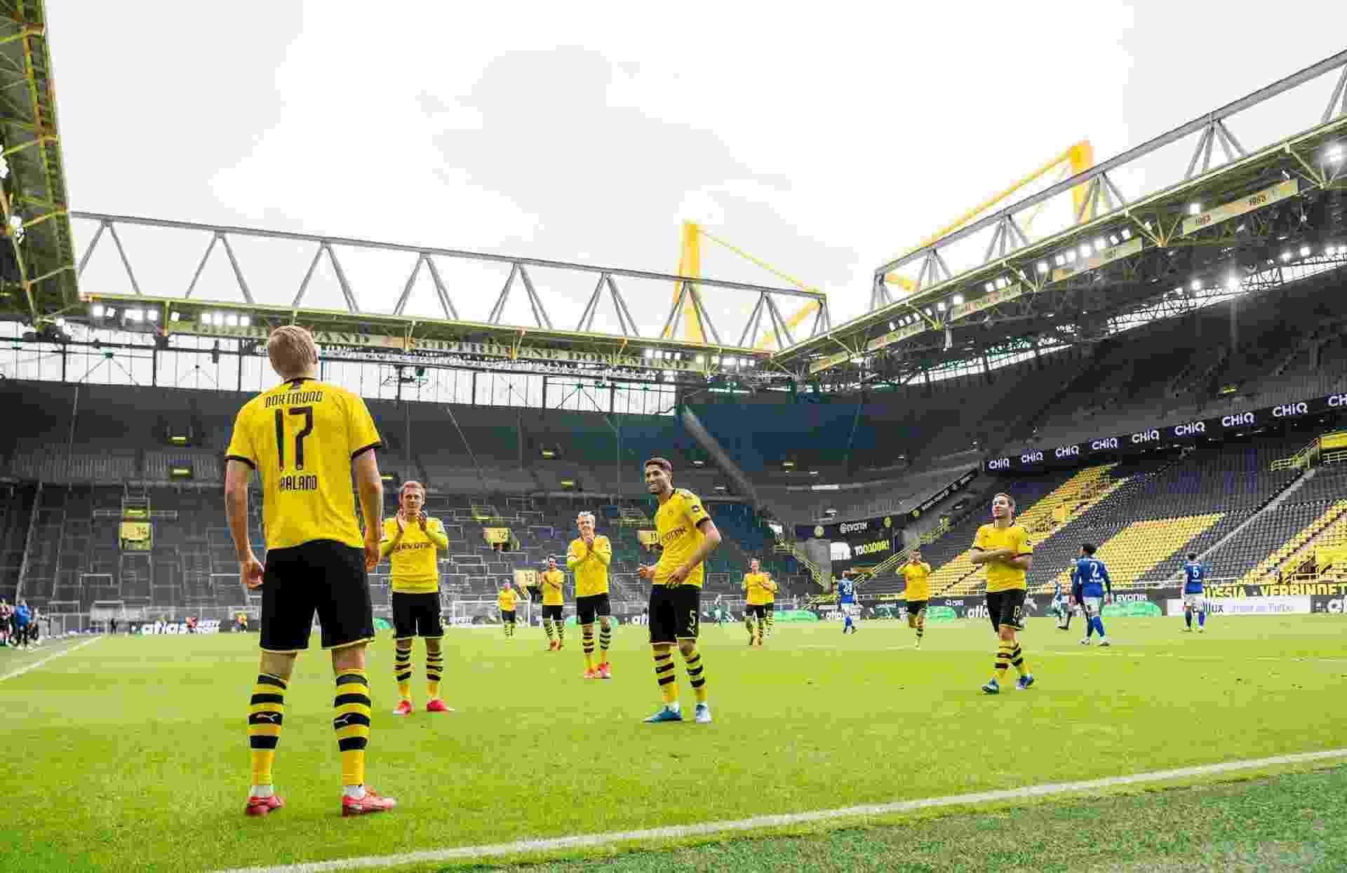 16.mai.2020 - Haaland comemora gol sobre o Schalke 04 respeitando o protocolo de distanciamento na volta do Campeonato Alemão - Reprodução/Twitter/Borussia Dortmund