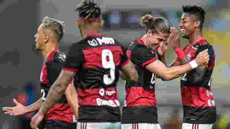 Bruno Henrique comemora com companheiros gol na partida Bangu x Flamengo - Thiago Ribeiro/AGIF - Thiago Ribeiro/AGIF