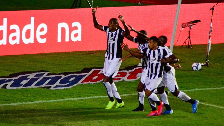 Jogadores do Ceará comemoram gol de Cléber que abriu o placar no segundo jogo da decisão da Copa do Nordeste 2020 - JHONY PINHO/AGIF/ESTADÃO CONTEÚDO