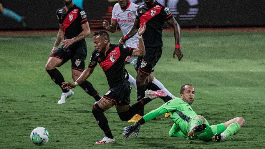 Janderson tenta cavar pênalti durante a partida entre Atlético-GO e Inter - Heber Gomes/AGIF