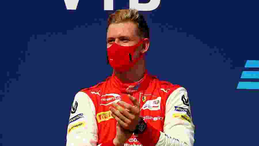 Mick Schumacher, filho de Michael, no pódio do GP de Sochi da Fórmula 2, em 2020 - Bryn Lennon/Getty Images