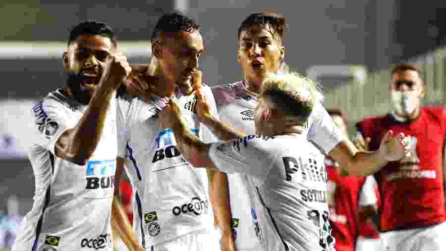 Jogadores do Santos comemoram gol sobre o Boca Juniors na semifinal da Copa Libertadores - Sebastiao Moreira-Pool/Getty Images
