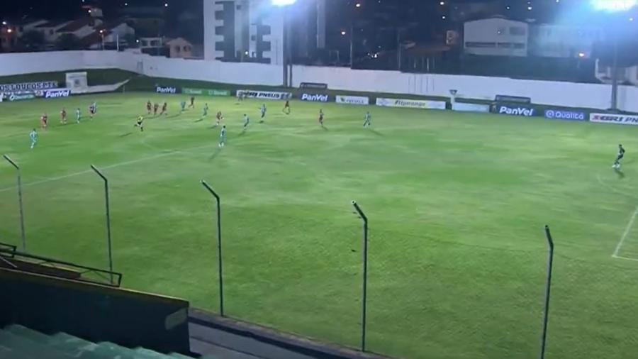 Gustavo Xuxa arrisca do meio de campo e faz um golaço para o São Luiz contra o Juventude - Reprodução/Premiere