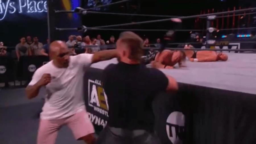 Mike Tyson nocauteia Cash Wheeler em evento do AEW - Transmissão Twitter