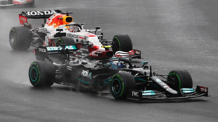 Valteri Bottas, da Mercedes, à frente de Max Verstappen, da Red Bull, durante o GP da Turquia de Fórmula 1 - Umit Bektas/Reuters