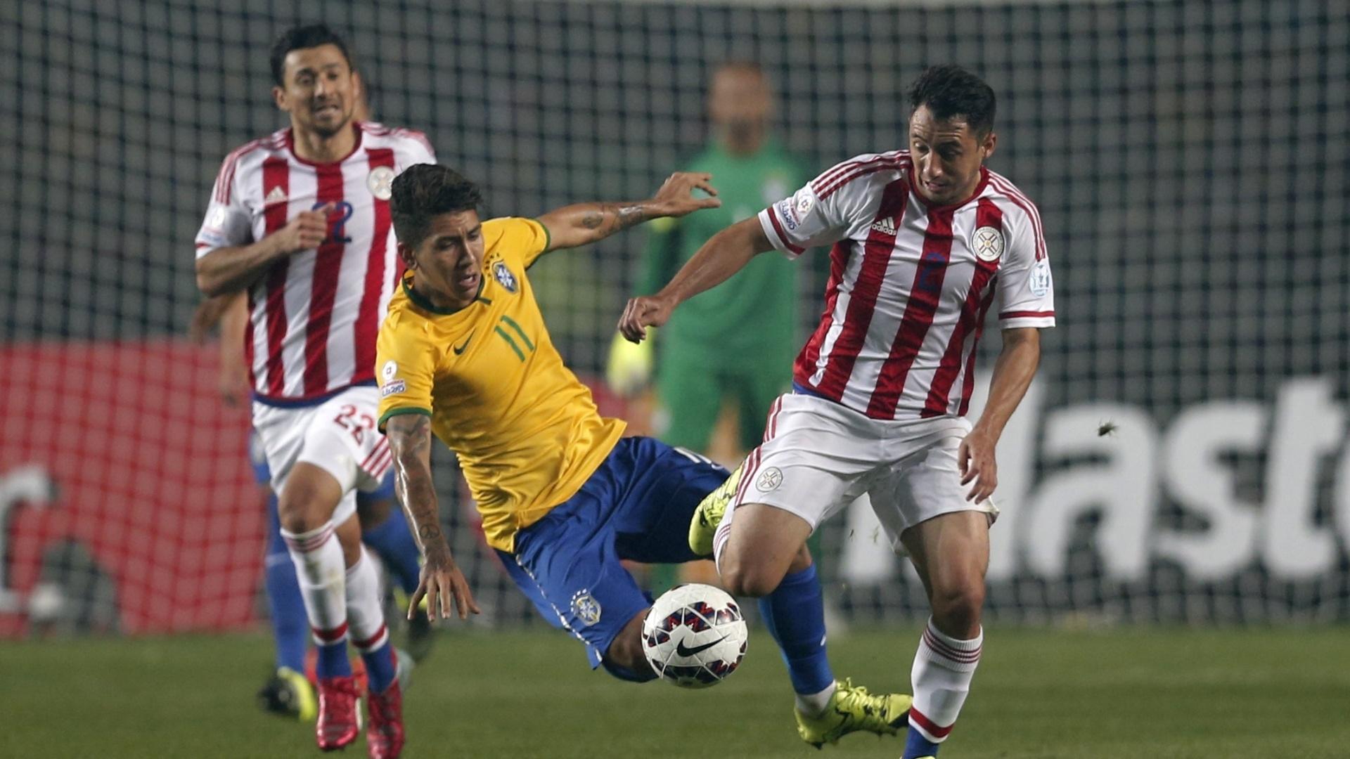 Roberto Firmino disputa bola com os zagueiros paraguaios durante jogo do Brasil pelas quartas de final da Copa América