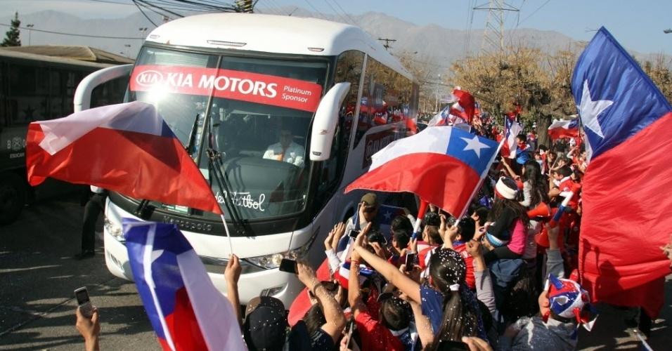 Ônibus da seleção chilena chega ao estádio ovacionado pela torcida