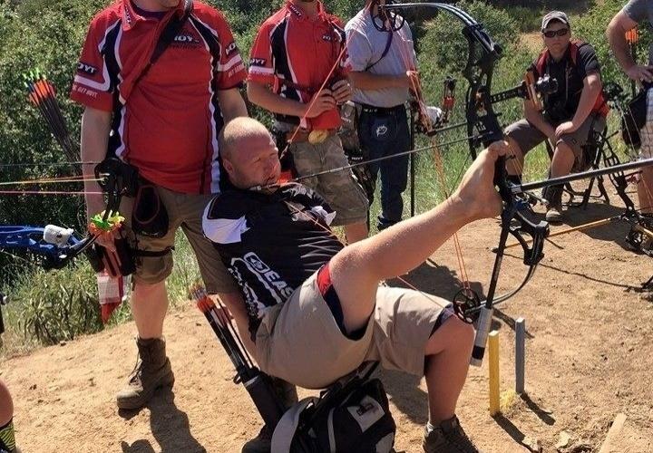 O arqueiro usa o pé para segurar o arco, técnica desenvolvida por ele mesmo ao assistir vídeos no You Tube
