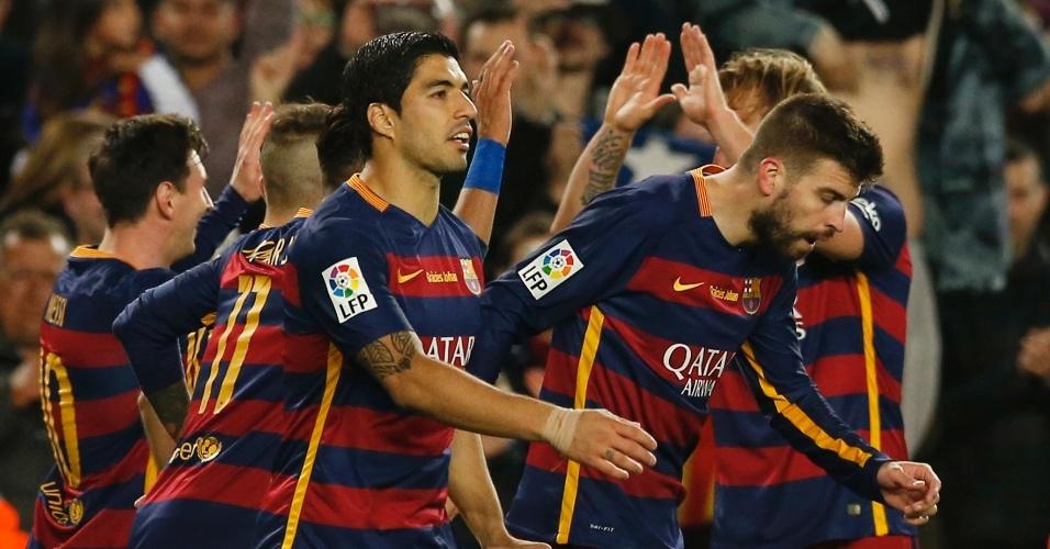 Pique é abraçado pelos companheiros de Barcelona após abrir o placar no clássico contra o Real Madrid, pelo Campeonato Espanhol