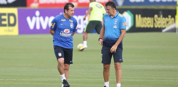 Dunga e Rinaldi conversam durante treino da seleção brasileira