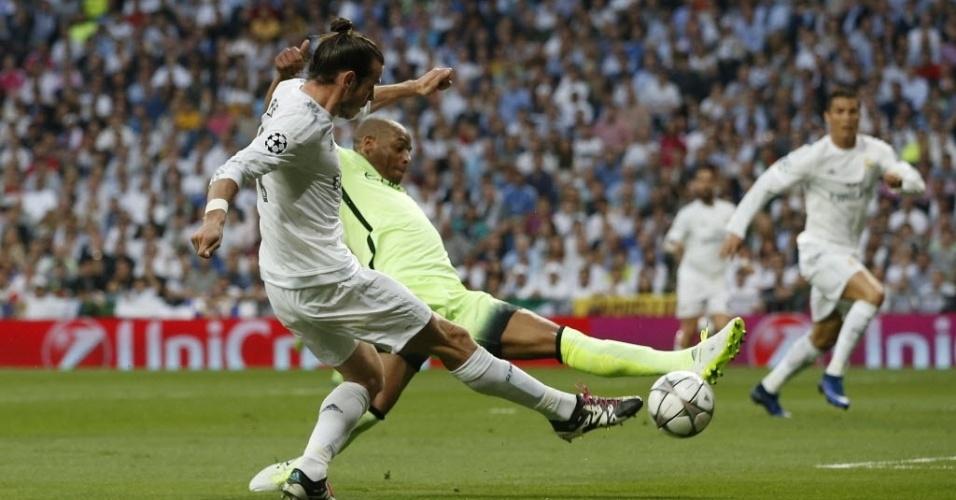 Gareth Bale cruza de perna direita e conta com desvio na bola de Fernando para abrir o placar para o Real Madrid contra o Manchester City