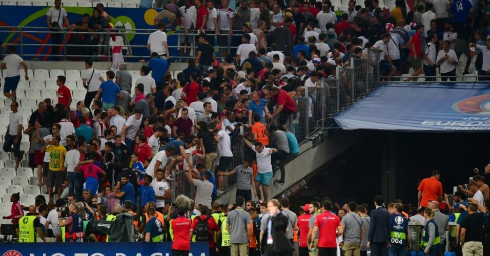 Acuados pelos russos, torcedores ingleses tentam pular no campo após jogo em Marselha