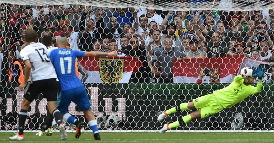 Kozacik defende pênalti cobrado por Özil em Alemanha x Eslováquia