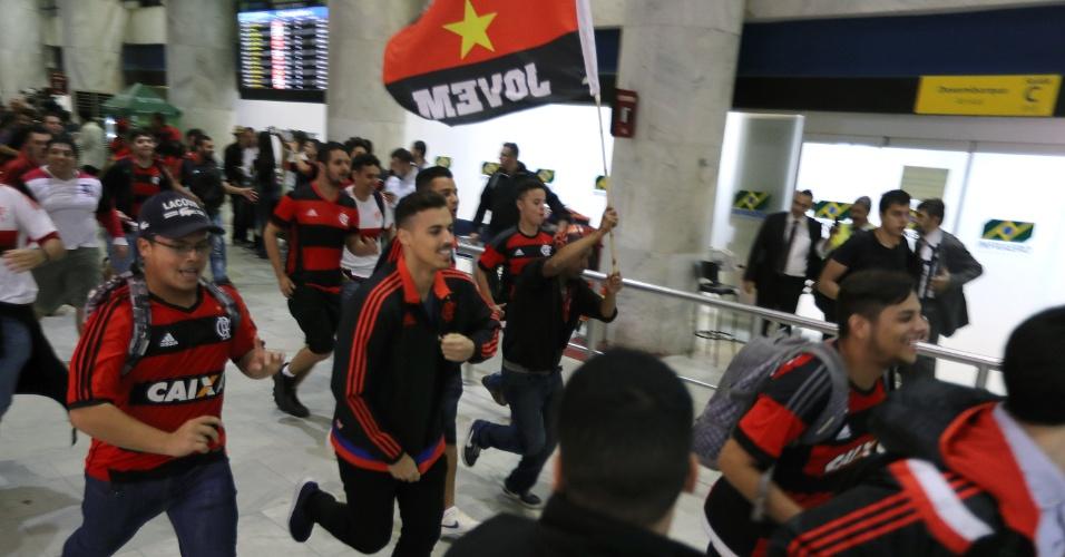 Torcedores do Flamengo correram no saguão do aeroporto para acompanhar a saída de Diego