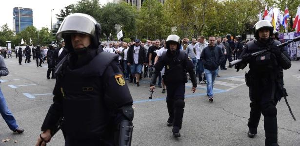 Policiais escoltaram torcida do Légia Varsóvia no Santiago Bernabéu