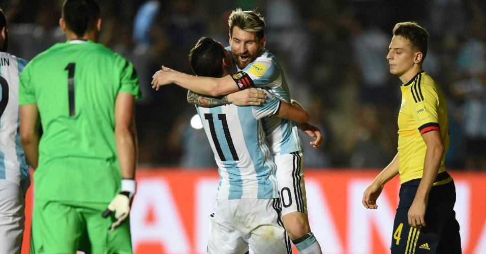 Argentinos Lionel Messi e Angel Di Maria se abraçam após o terceiro gol sobre a Colômbia pelas Eliminatórias.
