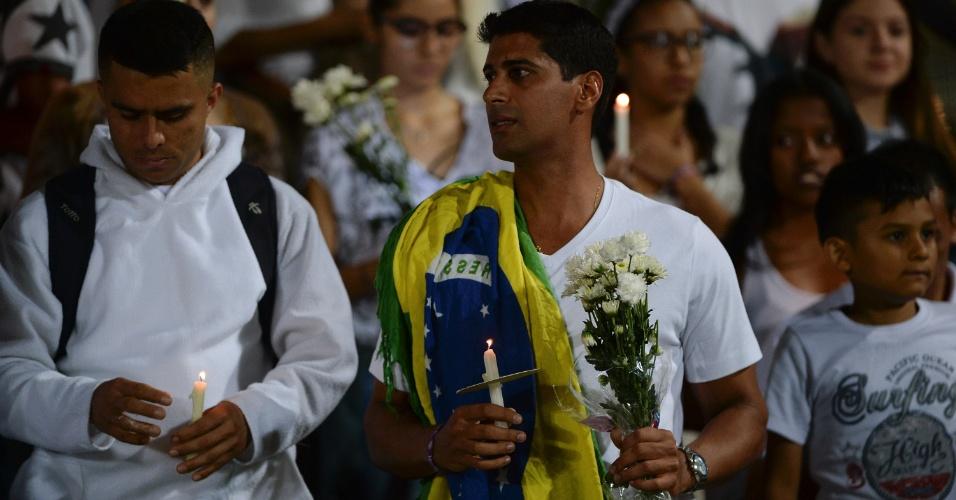 Em Medellín, torcedor colombiano exibe bandeira do Brasil em homenagem a vítimas de desastre aéreo da Chapeceonse na Colômbia
