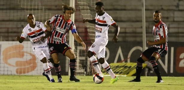 Lugano tenta proteger a bola no duelo do São Paulo contra o Botafogo-SP