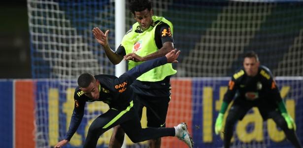 Gabriel Jesus e Gil disputam bola em treinamento na Austrália