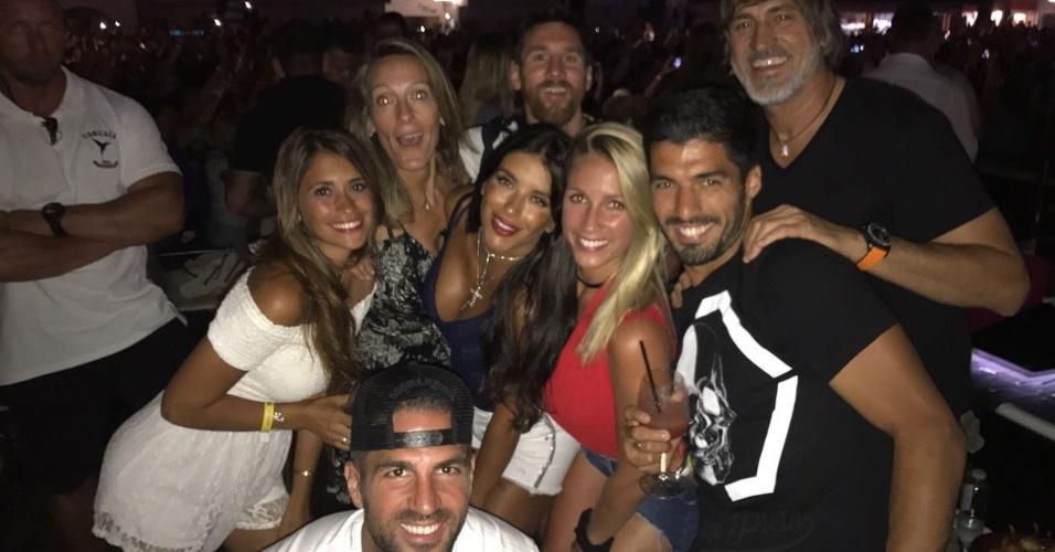 Lionel Messi, Luis Suárez e Cesc Fàbregas curtem noitada com suas mulheres em Ibiza